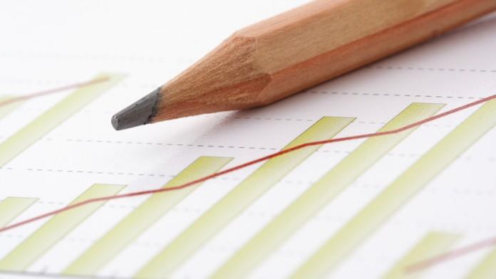 Bleistift liegt auf Diagramm
