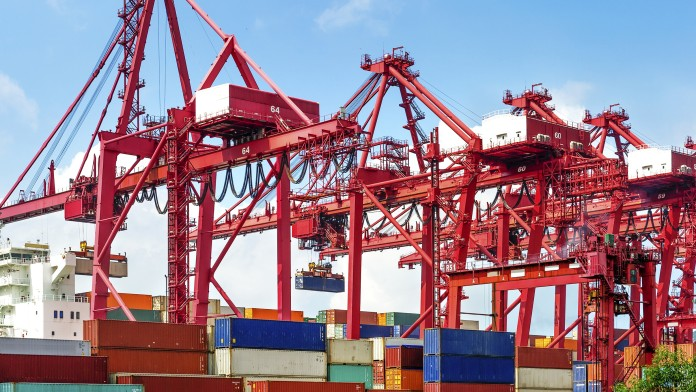 Industriehafen mit Containern