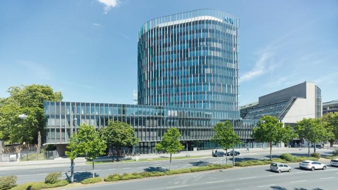 großes Bürogebäuse mit Glasfassade