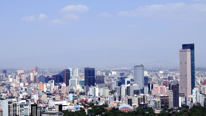große Stadt mit vielen Hochhäusern