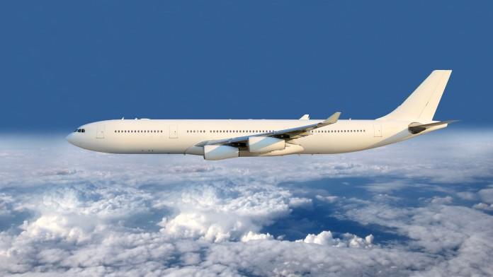 fliegendes Flugzeug über den Wolken