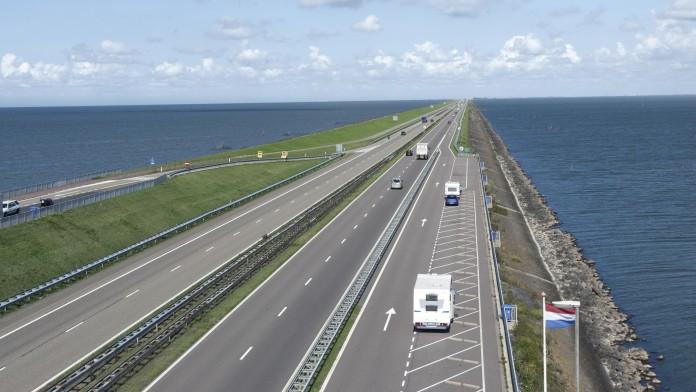 große, lange mehrspurige Straße umgeben von Meer