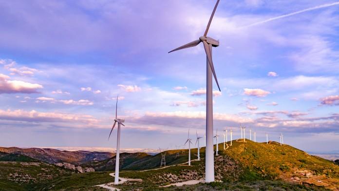 viele Windräder auf hügeliger Landschaft