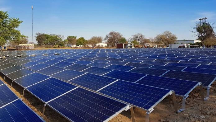 viele Solarpanele auf einem Feld