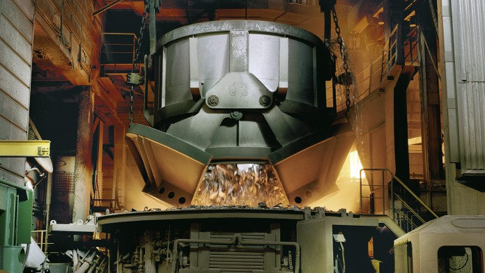 Schrottbefüllung in Stahlwerk