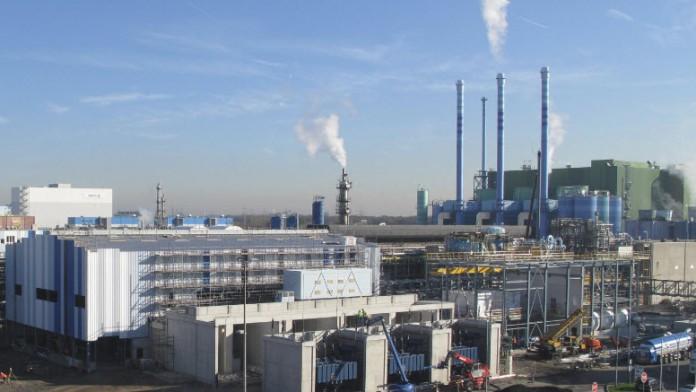 große Fabrik mit rauchendem Schornstein