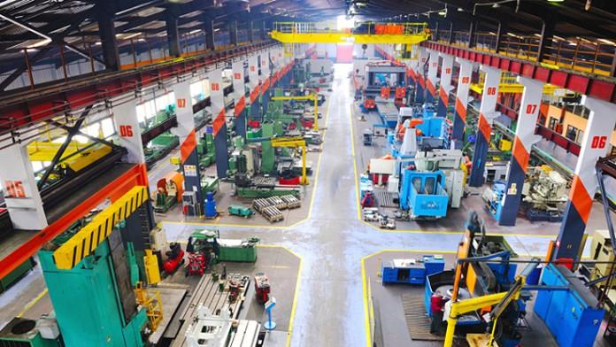 große Fabrikhalle mit Produktionsanlagen