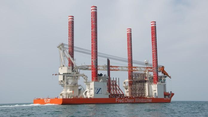 flaches Schiff mit Kran und weiteren Aufbauten