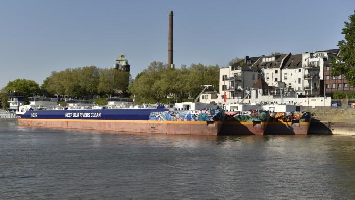 INEOS Binnengastanker am Schiffsanleger