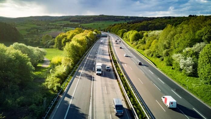 Autos und LKW auf mehrspuriger Straße