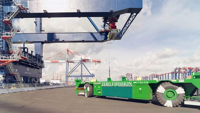 langes grünes Transportfahrzeug in Containerhafen