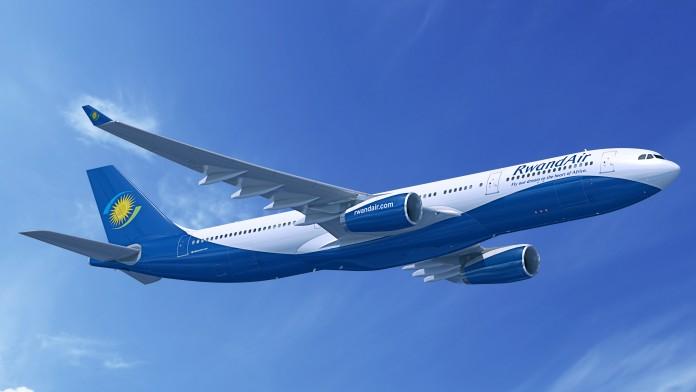 Airbus von Rwandair vor blauem Himmel