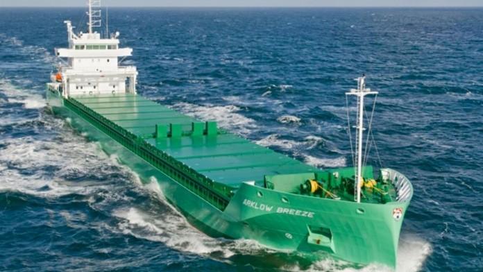 grünes, flaches und langes Frachtschiff