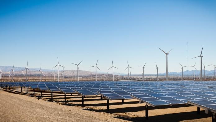 viele Windmühlen und Solaranlagen
