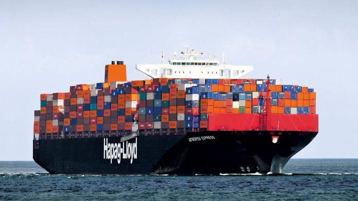 großes, vollbeladenes Containerschiff auf dem Wasser