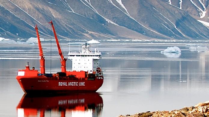 rotes Versorgungsschiff in Grönland